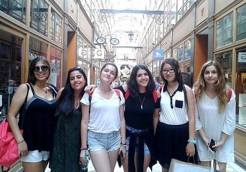 Estudiantes disfrutando de una salida para conocer la cultura francesa