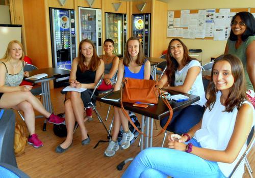 Estudiantes en la cafetería ACCORD