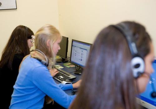 Sala de ordenadores con estudiantes